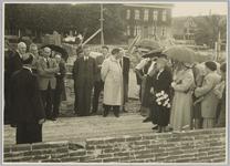 WAT001017902 Toespraak Burgemeester Post bij eerste steenlegging rusthuis ,,De Keern Vrouw met witte anjers: Mevr. ...