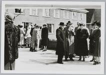 WAT001017996 De officiële opening van het rusthuis De Keern . Hier een aantal genodigden o.a. Dr. Binnema gesprek met ...