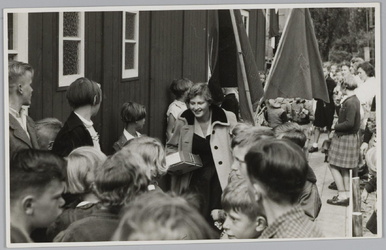 WAT001018100 Een noodschool (openbare lagere school/ kleuterschool) wordt geopend.Hoek Dorpstraat/Raadhuistraat. Een ...
