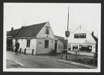 """WAT001018677 Links: Café, slijterij """"Het Wapen van Landsmeer"""" Dorpsstraat 72.Eigenaar W. Leguit.Rechts: Dorpsstraat 70."""