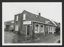 """WAT001018681 Café, slijterij """"Het Wapen van Landsmeer"""" Dorpsstraat 72."""
