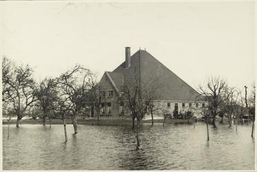 WAT003000066 Boerderij van P. Velzeboer, tijdens de inundatie van 1944.