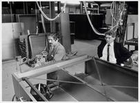 WAT003002734 Foto rechts; directeur J. Meij jr. van Voortman's Magazijnkastenfabriek kijkt toe hoe een van zijn ...