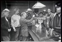 WAT003002744 Burgemeester J. Diederen opende het verbouwde café restaurant Het Waepen van Monnickendam.De nieuwe ...