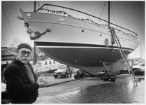 WAT003002921 De heer Boesbach bij zijn schip.