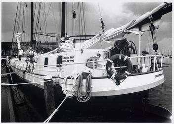 WAT003002933 Foto: nieuw zeilchartersschip De Auwe Neel in de haven van Monnickendam. Het schip is het enige uit de ...
