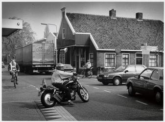 WAT003003070 Foto: op het overvolle kruispunt Zuideinde/Van Beekstraat/Postweg zijn de nadelen van vermenging van ...