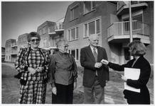 WAT003003092 Foto: HBB-directrice K. Rosielle overhandigt de eerste sleutel aan het echtpaar Van der Hogen. Mevrouw van ...