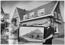WAT003003152 Foto: Lienke (links) en Barend Hille voor De Wegwijzer in Watergang. Ze tonen op de foto De Wegwijzer ...