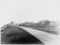 WAT003003163 Watergang rond 1900.Foto:Links: het Noordhollandskanaal.Daarnaast: de trambaan.Van rechts voor naar links ...
