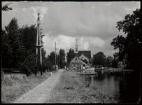 WAT003003165 Watergang rond 1950. Foto: Midden achter: de Nederlands-hervormde kerk te Watergang aan de Dorpsstraat ...