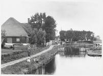 WAT003003166 Watergang rong 1900.Links voor: drie kinderen in het gras.Midden achter: de Nederlands-hervormde kerk te ...
