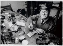 WAT003003200 Wethouder/goudsmid Jules Dikhoff bezig aan zijn werkbank in zijn atelier thuis.
