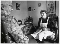 """WAT003003203 Foto: Pedicure Nel Peters-Lust tijdens een behandeling: """"Ik heb altijd een hekel aan machientjes gehad. ..."""