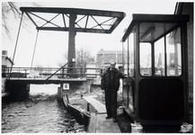 WAT003003207 Foto: Brugwachter Henk van Es is dik tevreden met het nieuwe brugwachtershuisje bij de Van Zonbrug in Den Ilp.