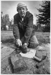 WAT003003208 Foto: Stratenmaker Egbert Hut is na 33 jaar trouwe dienst als stratenmaker bij de gemeente Landsmeer, op ...