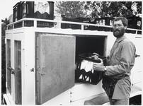 WAT003003210 Melkventer Jan Wals bij zijn nieuwe koelwagen.
