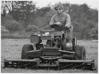 WAT003003211 Dhr. Rol op zijn grasmaaier.
