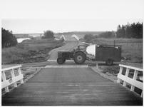 WAT003003045 Tractor met aanhangwagen.Fietspad Amsterdam-Landsmeer.