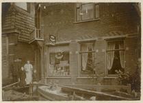 WAT003003086 Als gevolg van een zware noordwester storm brak in januari 1916 de Waterlandse Zeedijk tussen Monnickendam ...
