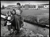 WAT003003142 Foto: Op de foto mevrouw Spits Warnars met haar dochter Jerney bij de sloot aan De Deijsselhof waar de ...