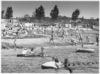 WAT003003146 Topdrukte op zondag in het Twiske.Zonnen, zwemmen en roeien, één groot feest.