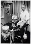 WAT003003202 Foto: Tandarts H.L. van Meurs stopt na 35 jaar met zijn tandartspraktijk. Op 1 augustus 1986 draagt hij ...