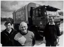 WAT003003233 Foto: Bakkenlader Herman Visser (midden), hier samen met collega Jaap van Vuure (links) en Piet Onrust ...