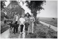 WAT003003251 Foto: de familie de Ruiter is blij met haar afgelegen plekje aan de Hoogedijk te Katwoude.