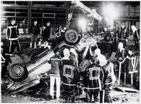 WAT003003259 Foto: De auto, waarin de Volendammer bekneld had gezeten, wordt uit de sloot getakeld.Een 23-jarige ...