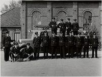 WAT003003262 Overdracht van de nieuwe brandweeruniformen van Landsmeer.Staande op de wagen v.l.n.r.; Aard Wals, Willem ...