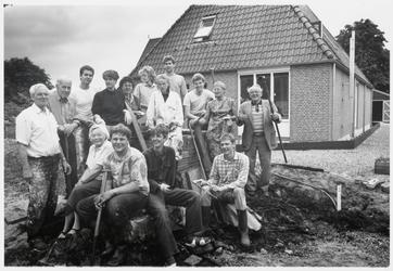 WAT003003416 Vrijwilligers helpen bij de Nieuwe Vermaning op de grens Landsmeer, Den Ilp.Foto: De groep werkers voor de ...