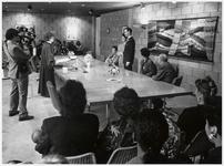 WAT003003234 Foto: Ambtenaar van de burgerlijke stand L. van Eenige tijdens een trouwerij, op 16 december 1988 in de ...