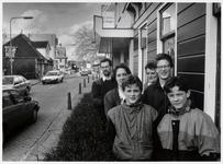 WAT003003254 Foto: Cora Rijswijk en haar gezin in de Dorpsstraat. Zij hebben veel last van auto's die volgens de ...