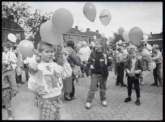WAT003003426 Enkele tientallen kinderen lieten een ballon op tijdens de opening van de vijfde Ilper Feestweek.