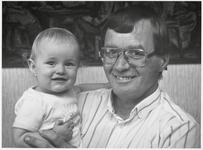 WAT003003519 Muus Tromp met zijn nichtje Yvonne op zijn arm.Krantenstukje uit Landsmeerse rubriek De Papegaai.