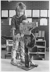WAT003003540 De vierjarige Olaf Wermenbol maakte zijn eigen buitenboordmotor.Foto: de vierjarige Olaf Wermenbol toont ...