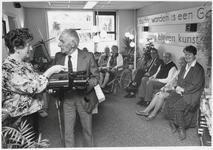 WAT003003571 Cadeau ter gelegenheid van het 35 jarig bestaan van bejaardenhuis de Keern.Foto: mevrouw Goede- van ...