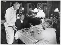 WAT003003628 Foto: chef-kok Jon Sistermans uit Landsmeer in gesprek met een aantal gasten.