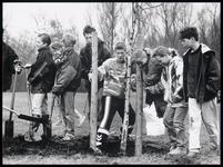 WAT003003684 Leerlingen van De Stap (vestiging Nieuwe Gouw) en de Ds. J.L. de Wagemakerschool deden op hun manier mee ...