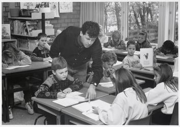 WAT003003701 Foto : directeur Paul van de Wildenberg van de Tiede Bijlsmaschool in Watergang staat zelf ook voor de ...