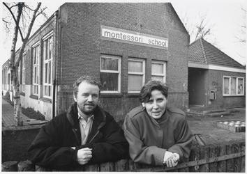 WAT003003717 De directieleden R. Wolthuis en M. Nelissen voor het oude pand van de montessorischool. ( voormalige De ...