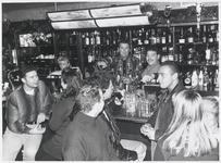 WAT003003633 John Buys (links ) en Rob Arkenbout in de bar van hun pas geopende Grand Café Yes in het centrum van ...