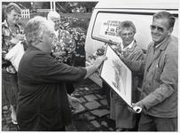 WAT003003649 Foto: bakker Joop van Ees neemt na 17 jaar afscheid als bakker in Watergang.Hij kreeg als dank een ...