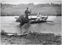 WAT003003668 Foto: De Landsmeerse beroepsvisser Piet Hartog ( links op de foto) aan het werk.