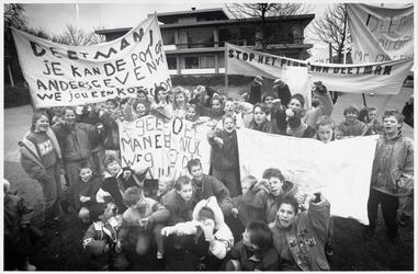 WAT003003724 Bezuinigingsplannen van minister Deetman op kleine scholen.Kinderen van de nieuwe Gouw-school voeren actie ...