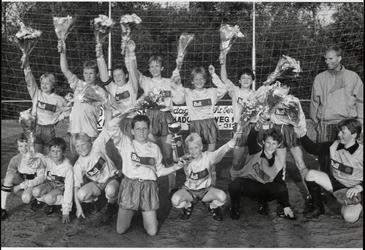 WAT003003746 Schoolvoetbaltoernooi Landsmeer.Locatie: veld van IVV.Foto: het kampioensteam van de Van der Worpschool in ...