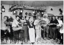 WAT003003791 Visserscafé 'Vislust'. Op de foto staan van rechts naar links op de voorgrond: Matty Kamies (eigenaresse), ...