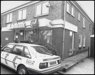 WAT003003832 Rabobank te Ilpendam.Met op de voorgrond een politiewagen. Bankoverval ?