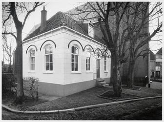 WAT003003851 Voormalig gemeentehuis ( tot 1916 ) van Ilpendam.Op de gevelsteen naast de ingang staat de datum waarop ...